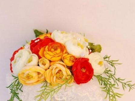 Hoa cưới cầm tay màu cam kết từ lá thiên môn