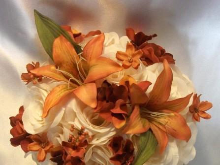 Hoa cưới cầm tay màu cam kết từ hoa hồng bằng vải