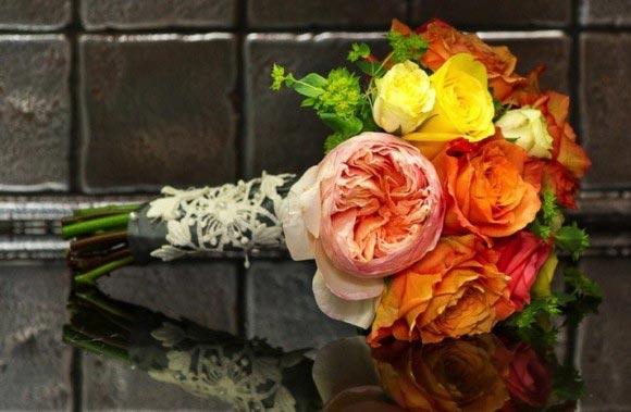 Hoa cưới cầm tay màu cam phối với ren