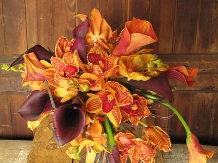Hoa cưới cầm tay màu cam kết từ hoa loa kèn