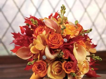 Hoa cưới cầm tay màu cam kết từ lá phong đỏ