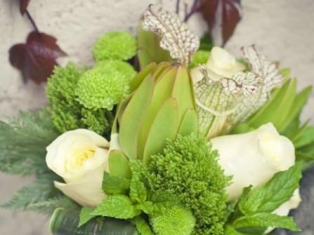 Hoa cưới cầm tay màu xanh lá kết từ hoa hồng