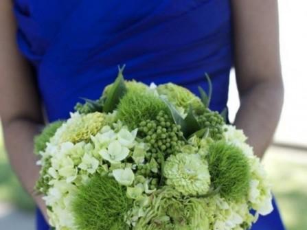 Hoa cưới cầm tay màu xanh lá kết từ hoa cúc zinnia