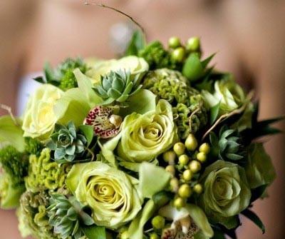 Hoa cưới cầm tay màu xanh lá kết hợp với hoa chuỗi ngọc
