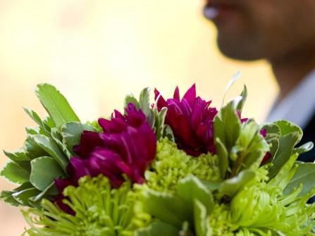 Hoa cưới cầm tay màu xanh lá kết từ hoa thược dược tím