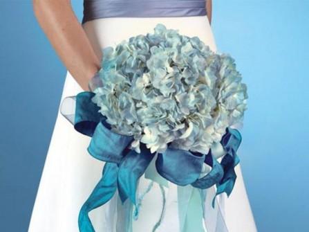Hoa cưới cầm tay màu xanh dương với hoa cẩm tú cầu