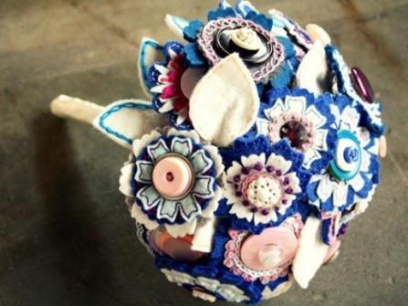 Hoa cưới cầm tay màu xanh dương với chất  liệu vải nỉ dạ