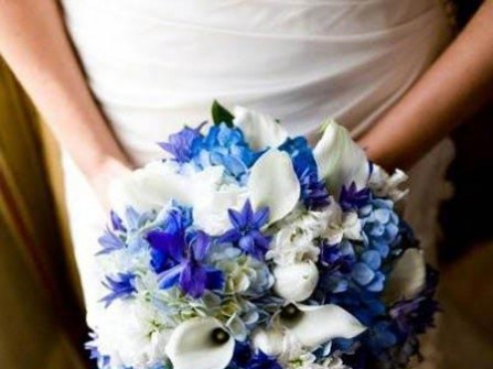 Hoa cưới cầm tay màu xanh dương kết với hoa cẩm tú cầu