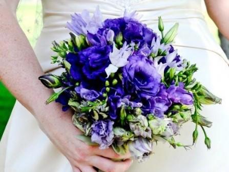 Hoa cưới cầm tay màu xanh dương kết từ hoa cát tường