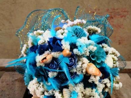 Hoa cưới cầm tay màu xanh dương kết từ vỏ sò
