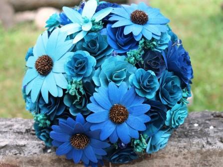 Hoa cưới cầm tay màu xanh dương với hoa cúc bằng giấy