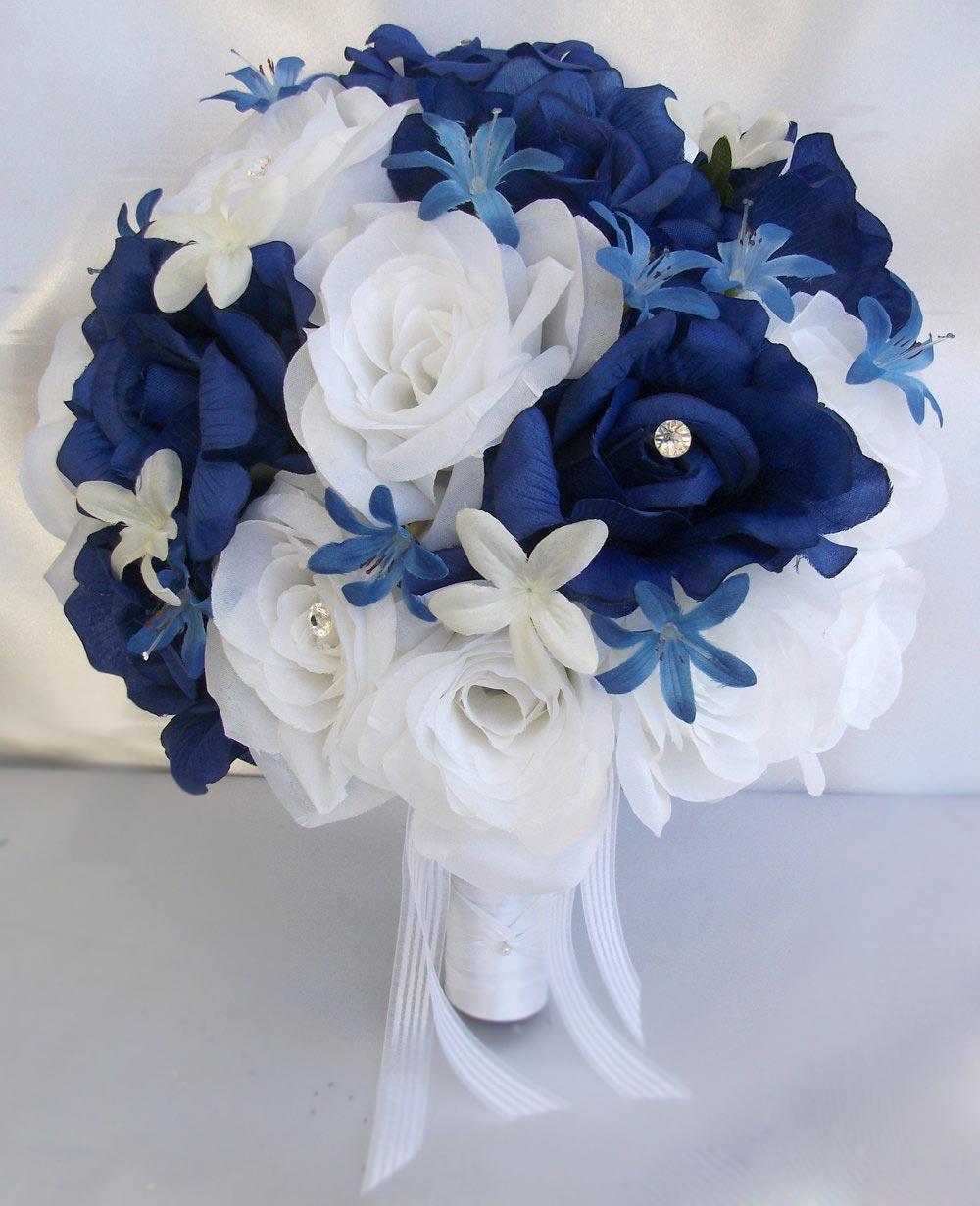 Hoa cưới cầm tay màu xanh dương kết từ hoa hồng trắng và xanh