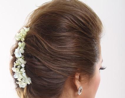 Tóc cưới búi thấp cài hoa tươi 2