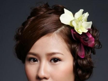 Tóc cưới búi thấp cài hoa tươi