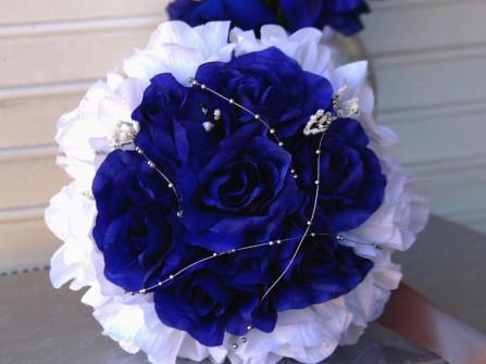 Hoa cưới cầm tay màu xanh dương kết từ hai loại hoa hồng