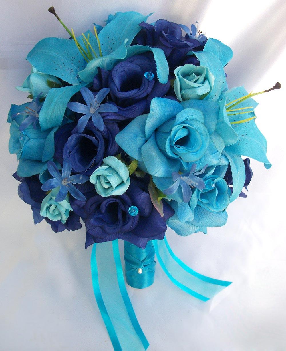 Hoa cưới cầm tay màu xanh dương kết từ hoa hồng và hoa lily
