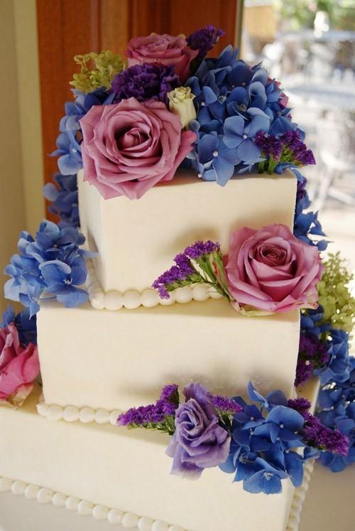 Bánh cưới trang trí hoa tím