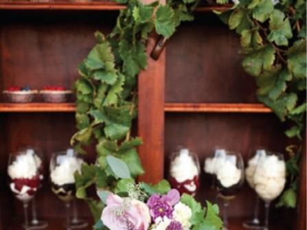Bánh cưới màu tím pastel nhiều tầng