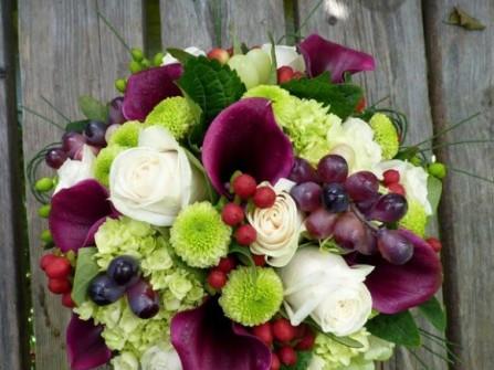Hoa cưới cầm tay kết từ hoa tươi và nho tím