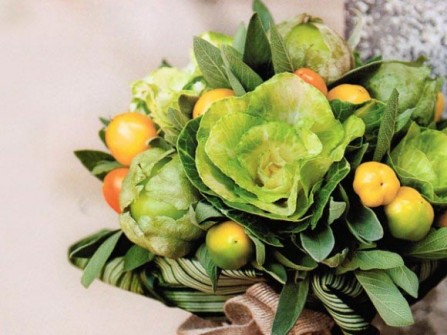 Hoa cưới cầm tay kết hợp cà chua và hoa hồng sa mạc