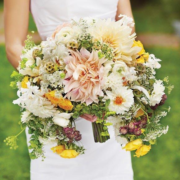 Hoa cưới cầm tay sắc màu trang nhã cho cô dâu