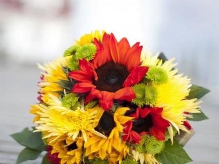 Hoa cưới cầm tay kết từ hoa cúc và hoa hướng dương