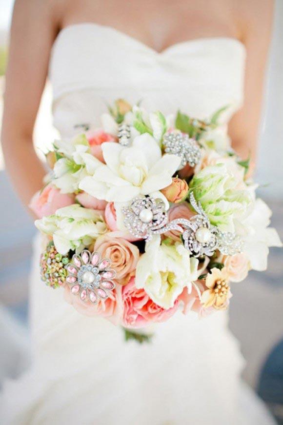 Hoa cưới cầm tay kết từ các loại hoa và phụ kiện đính đá