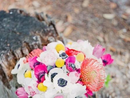 Hoa cưới cầm tay kết từ hoa poppy và hoa pincushion