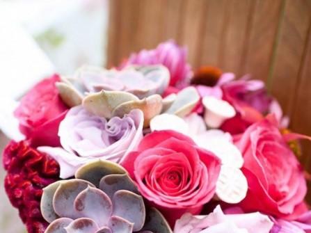 Hoa cưới cầm tay kết từ hoa sen đá, hoa hồng và hoa mào gà