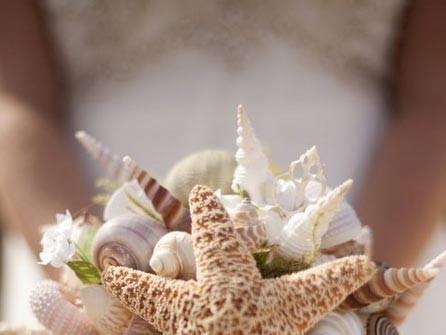 Hoa cưới cầm tay kết từ các loại vỏ sò và sao biển