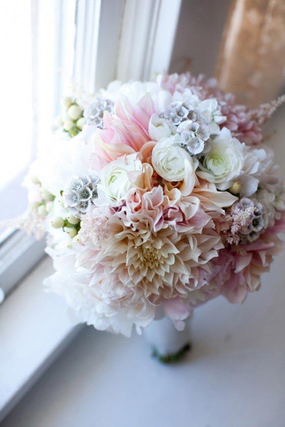 Hoa cưới cầm tay kết từ hoa thược dược và hoa hồng