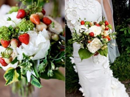 Hoa cưới cầm tay kết từ hoa mẫu đơn và dâu tây