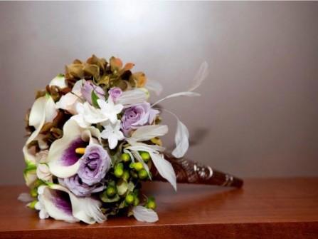 Hoa cưới cầm tay kết từ hoa hồng, hoa loa kèn và hoa lan