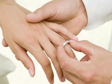 Tại sao nhẫn cưới lại được đeo ở ngón áp út?