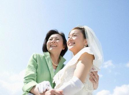 Mẹ chồng làm gì khi đón dâu về nhà?