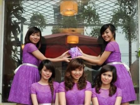Váy phụ dâu màu tím, chất liệu ren