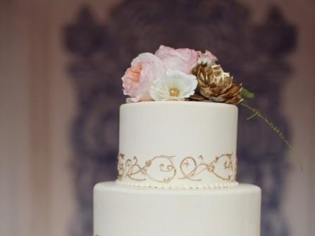 Bánh cưới màu trắng ánh vàng