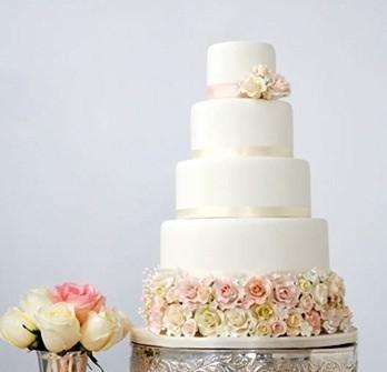 Bánh cưới màu trắng nhiều tầng