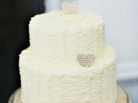 Bánh cưới màu trắng đơn giản 2 tầng