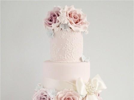 Bánh cưới trắng trang trí hoa hồng