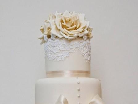 Bánh cưới màu trắng và hồng