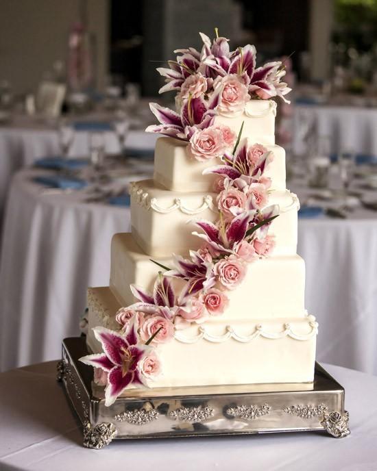 Bánh cưới màu trắng trang trí hoa lyly