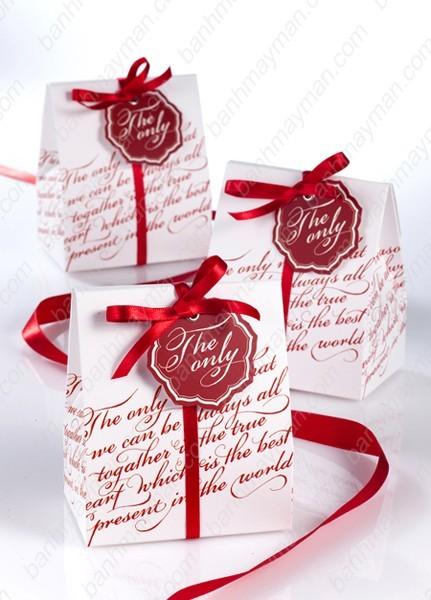 Hộp quà cưới trắng thắt nơ đỏ