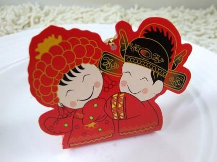 Hộp quà cưới màu đỏ hình cô dâu chú rể truyền thống
