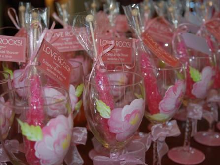 Quà cảm ơn khách mời là những chiếc ly thủy tinh hoa hồng