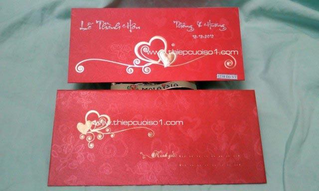 Thiệp cưới đẹp màu đỏ, hoa văn trái tim in nổi