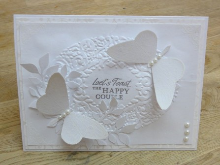 Thiệp cưới đẹp màu trắng hoa văn con bướm nổi