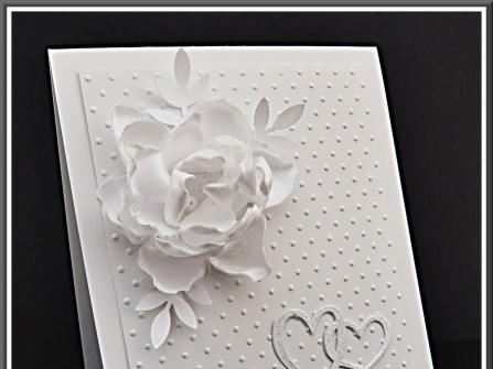 Thiệp cưới đẹp màu trắng đính hoa nổi bằng vải