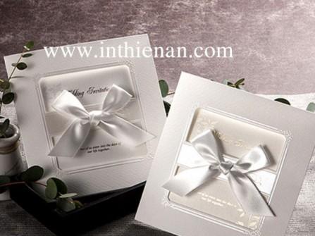 Thiệp cưới đẹp màu trắng hình vuông, nơ trắng