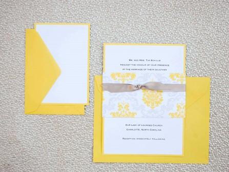 Thiệp cưới đẹp màu vàng đính nơ xám